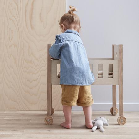 Immagine di Kids Concept® Lettino con la biancheria per bambole Natural