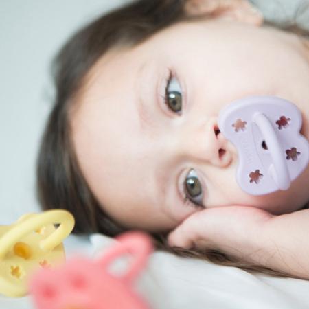 Immagine di Hevea® Ciuccio ortodontico in caucciù Colourful (3-36m) Ruby