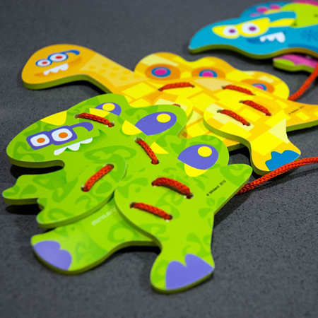 Immagine di Miniland® Set da cucito Flexi Dino Lacing