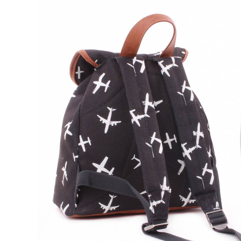 kidzroom-backpack-planes-black-and-white-with-cord (1)